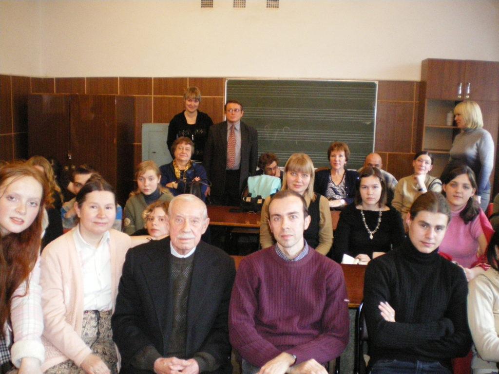 """Педагоги и студенты после видиопоказа кантаты Александра Меркулова \""""Вече\"""". 2008 г."""